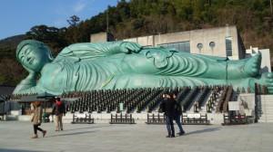 釈迦涅槃像。全長41m